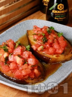 Салата с печени патладжани, сирене моцарела, домати, соев сос и магданоз - снимка на рецептата